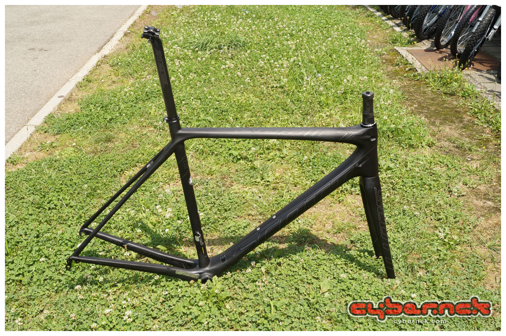 Frameset coupled with seatpost. Really stealthy appearance.