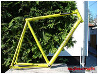 It was custom built for me back in 2002 to perfectly suit me and replace my old and tired Kovjanic frame of my road bike. Very nice colour - a pearl white base with transparent yellow lacquer.