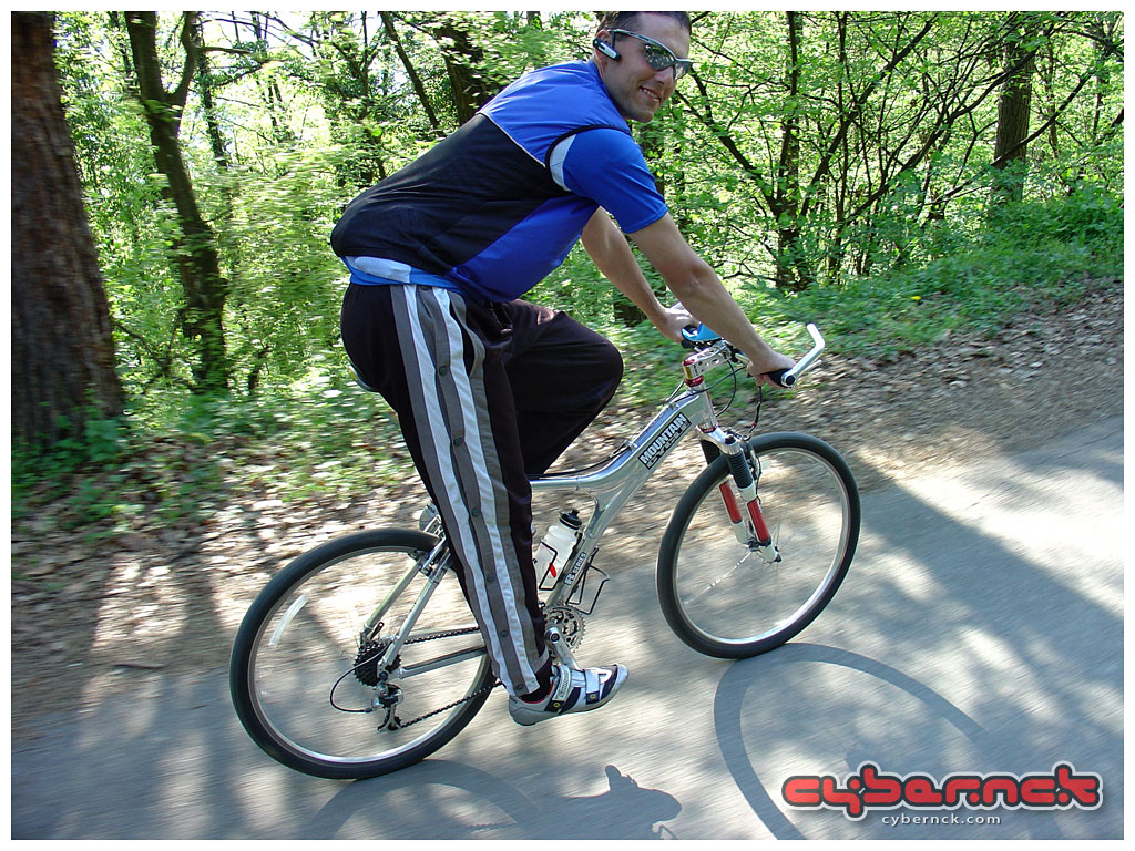 When I stopped road racing and dismantled my road bike to build a new one (Kovjanic Custom), I equipped the MOHO with slick tyres and started using it more again, mostly on the road though.