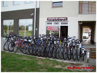 Day 1 of the build - arrival at Sokovic Sport. It's my usual bike mechanic, building my third bike now, except now he's got his own shop :-).